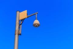 kabeltelevisie met blauwe hemelachtergrond Stock Foto's