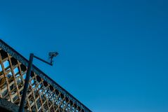 Kabeltelevisie-systeem blauwe hemel als achtergrond royalty-vrije stock fotografie