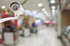 Kabeltelevisie-systeemveiligheid op de achtergrond van het Winkelcomplexonduidelijke beeld Royalty-vrije Stock Foto's
