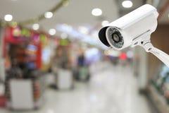 Kabeltelevisie-systeemveiligheid op de achtergrond van het Winkelcomplexonduidelijke beeld Royalty-vrije Stock Fotografie