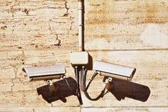 Kabeltelevisie-toezichtcamera's op een steen bruine muur. Horizontaal Schot stock foto
