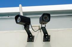 Kabeltelevisie van de veiligheidscamera met Wolk en Hemel Stock Afbeeldingen