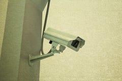 Kabeltelevisie van de veiligheidscamera op trap isoleert achtergrond Stock Afbeelding