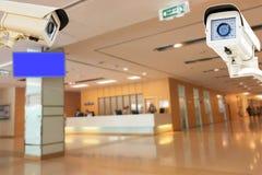 Kabeltelevisie-Veiligheidscamera die op de achtergrond van het het ziekenhuisonduidelijke beeld werken Stock Foto's