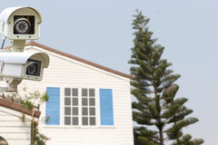 Kabeltelevisie-Veiligheidscamera die op het huis van het binnenplaatsdakwerk werken Royalty-vrije Stock Fotografie