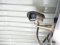 Kabeltelevisie-veiligheidscamera geïnstalleerd in luchthaven en metro voor veiligheidsagent controle en toezicht voor slechte din stock afbeelding