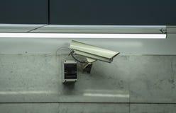 Kabeltelevisie-veiligheidscamera in luchthaven en metro wordt geïnstalleerd die royalty-vrije stock afbeeldingen
