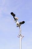Kabeltelevisie-veiligheidscamera op blauwe hemel Royalty-vrije Stock Foto