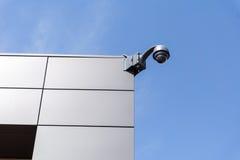 Kabeltelevisie-veiligheidscamera op voorgevel van de bouw Stock Afbeeldingen