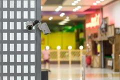 Kabeltelevisie-veiligheidscamera's op een muurhoek in het winkelen en vermaakwandelgalerij royalty-vrije stock afbeelding
