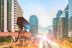 Kabeltelevisie-Veiligheidscamera of toezicht die op verkeersweg i werken stock foto's