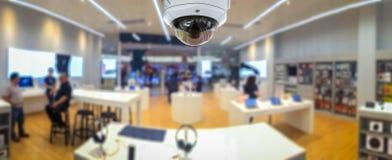 Kabeltelevisie-veiligheidspanorama met de onscherpe achtergrond van de winkelopslag Stock Foto
