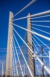 Kabeltransport und -fußgänger Tilikum-Überfahrt-Brücke über Willamette-Fluss in Portland Oregon mit blauem Himmel stockfoto