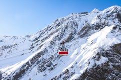 Kabelväg på bergbakgrund Arkivfoto