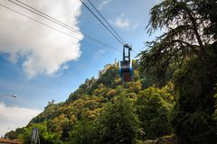 Kabelwagen aan de bergpost op Onderstel Titano in San Marino stock foto
