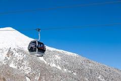Kabelwagen in alpiene skitoevlucht Royalty-vrije Stock Afbeeldingen