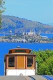 Kabelwagen & Eiland Alcatraz in San Francisco Stock Fotografie