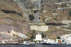 Kabelwagen bij Santorini-eiland met overzeese mening Royalty-vrije Stock Afbeelding
