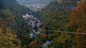 Kabelwagen in Borjomi, Georgië Hoogste mening van de stad stock video