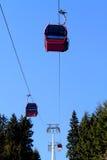 Kabelwagen boven bomen Royalty-vrije Stock Foto's