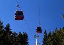 Kabelwagen boven bomen Stock Fotografie