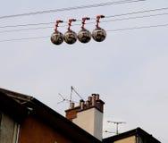 Kabelwagen boven de daken van Grenobl stock afbeelding