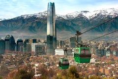 Kabelwagen in de heuvel van San Cristobal, die een panorama van Santiago overzien stock fotografie