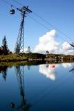 Kabelwagen die in bergtopmeer wordt weerspiegeld royalty-vrije stock afbeeldingen