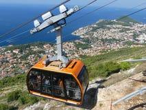Kabelwagen die bovenkant van berg boven Dubrovnik bereiken royalty-vrije stock afbeelding