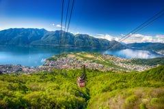 Kabelwagen die tot Cardada-berg van Locarno, Zwitserse Alpen, Zwitserland leiden Stock Foto's