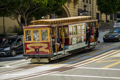 Kabelwagen het drijven bergaf in San Francisco Stock Afbeeldingen