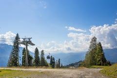 Kabelwagen op een achtergrond van bergen Stock Afbeeldingen
