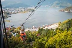 Kabelwagen op ropeway die van Kachi Kachi naar berg in Meer Kawaguchiko, Japan stijgen stock foto