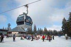 Kabelwagen, restaurant en skiërs Royalty-vrije Stock Fotografie