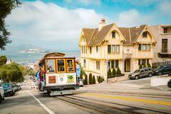 Kabelwagen in San Francisco die op heuvel, Californi?, de V.S. beklimmen royalty-vrije stock fotografie