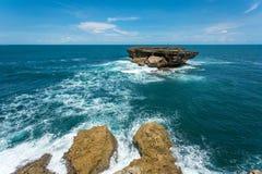 Kabelwagenlift tussen Timang-strandkust en klein rotsachtig eiland Royalty-vrije Stock Afbeelding