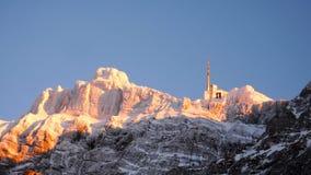 Kabelwagenpost in de winter op een berg in de Zwitserse Alpen Stock Fotografie