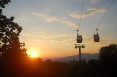 Kabelwagens bij zonsondergang stock foto's