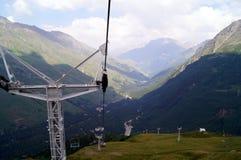 Kabelwagens in een bergtoevlucht, afdaling van een berg Stock Foto