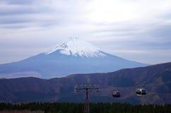 Kabelwagens met Fuji-bergachtergrond, het park van Fuji Hakone in Ja Stock Foto