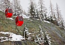 Kabelwagens op Alpen stock foto's