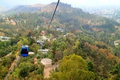 Kabelwagens van Cerro San Cristobal Hill onder Dalingsgebladerte, Santiago, Chili royalty-vrije stock foto's