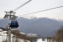 Kabelwagenspoorweg in skitoevlucht Sotchi, Roza Khutor Royalty-vrije Stock Afbeeldingen