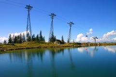 Kabelwagentop met blauwe hemel en meerbezinningen stock foto