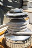 Kabelwond rond kruk op zeilboot Stock Foto