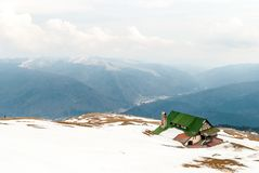 Kabin överst av berget i vinter Arkivfoton