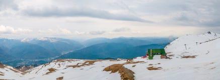 Kabin överst av berget i vinterpanorama royaltyfria bilder