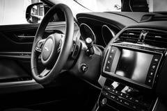 Kabin av den kompakta utövande bilen Jaguar XE 20D (efter 2015) Royaltyfria Foton