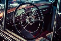 Kabin av den lyxiga bilen Mercedes-Benz 220S W188, 1956 Arkivbild