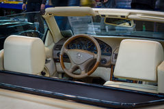 Kabin av den storslagna tourerbilen Mercedes-Benz SL 500 (R129), 1999 Royaltyfri Fotografi